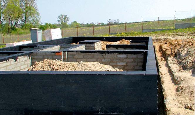 Budowa fundamentów - izolacja przeciwwilgociowa
