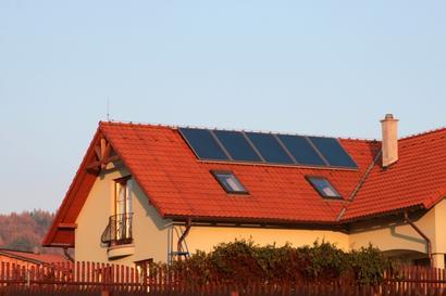 Kolektory płaskie na dachu domu