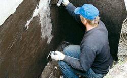 Błędy w hydroizolacji fundamentów, czyli dlaczego pojawiają się przecieki i wilgoć na ścianach