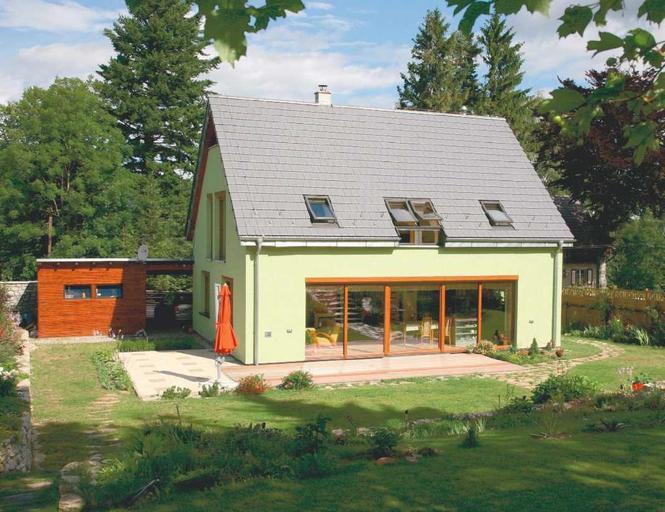 Energooszczędny dom z dużymi przeszkleniami
