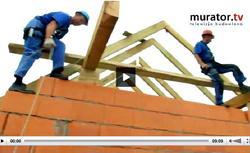WIDEO: Jak należy montować więźbę dachową