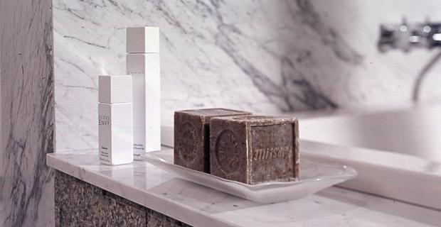 Czym wykończyć ściany: szkło, kamień, pleksi, blacha, płytki