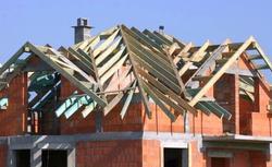 Więźba dachowa bez błędów. Jak sprawdzić zamówione drewno i skontrolować pracę cieśli przy montażu więźby